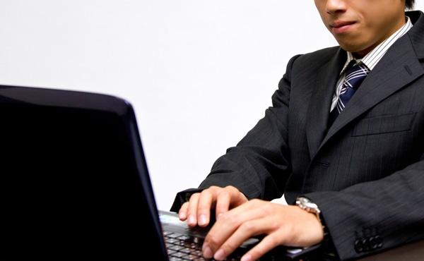 新入社員なんだけど、上司やチーム内へのメールに必ず「お世話になっております」とか書く必要ある?