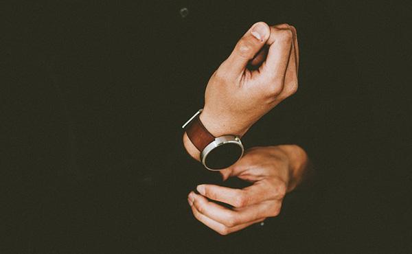 右利きの広告代理店勤務の人物が右手に腕時計をつける意外な理由がこちら