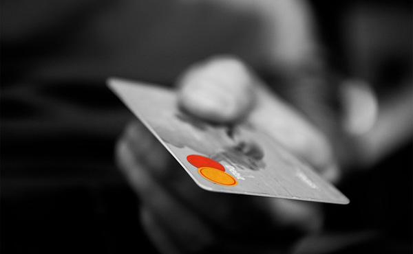 謎の民「クレジットカードは危ないぞ」