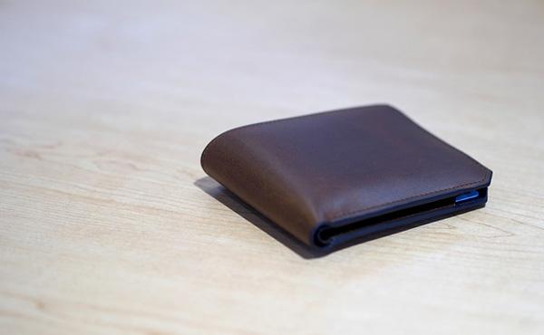 二つ折り財布とかいうクッソださいアイテム