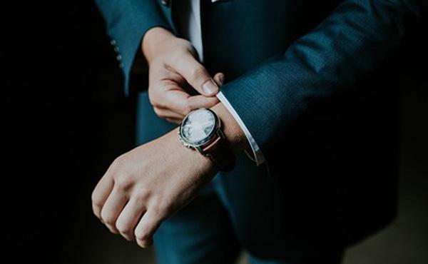 ビジネス雑誌「腕時計は年収の4割の物をつけろ」←!?