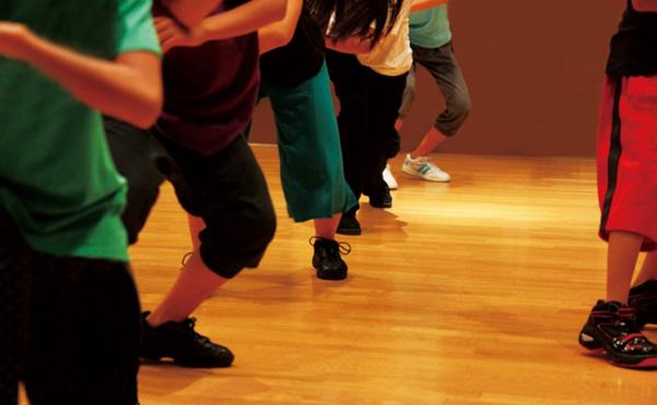 「登美丘高校ダンス部」とかいう大人の金稼ぎに利用されて無償であちこちで踊らされてる若者たち