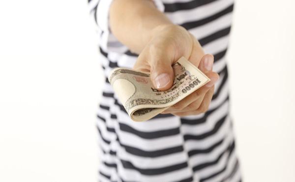 男性会社員のお小遣い 過去2番目に低い3万6747円