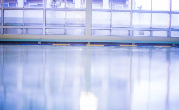 スポーツジムで水泳したいって思って料金見てみたら高すぎて服が弾け飛んだ