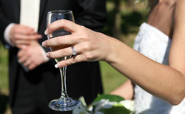 """【話題】「結婚」は昨今の経済状況下では""""損""""か""""得""""か"""