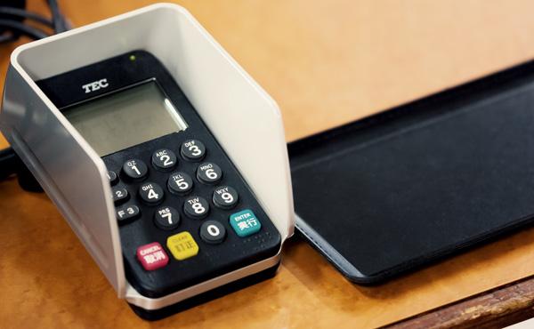 クレジットカードって手数料8%も取られるんだろ?店側はなんでそんな高い手数料払ってまでカード取り扱うの?