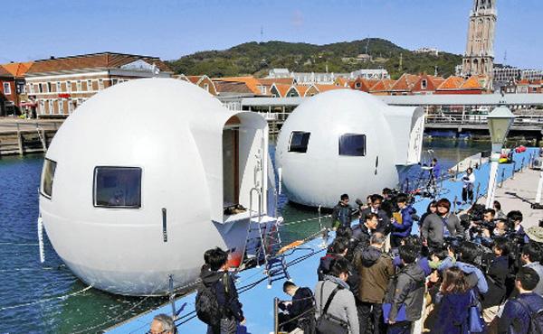 ハウステンボスが公開 球体型の「水上ホテル」、無人島まで移動し宿泊  1泊5万円~