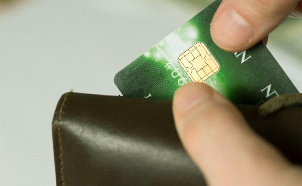 デビットじゃなくてクレジットカード使うメリットってなに?