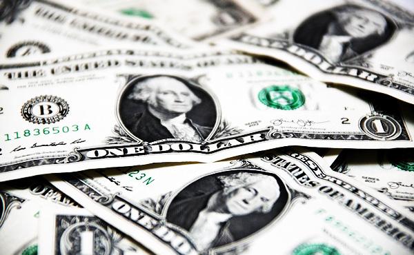 次の金融危機、引き金は「通貨」か