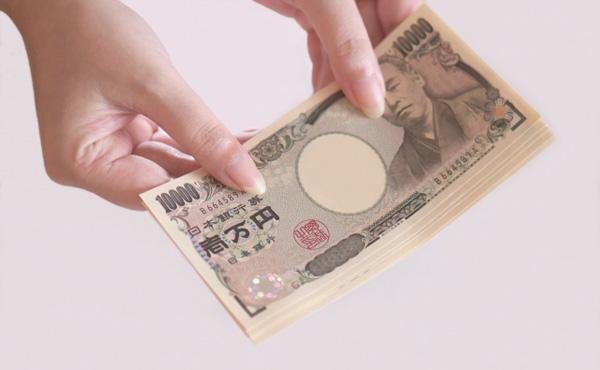 【悲報】ワイ店員さん、こうやってお札を貰うやつにちょっとイラっとくる