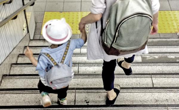 「子どもの貧困」7人に1人 母子家庭「生活苦しい」82%