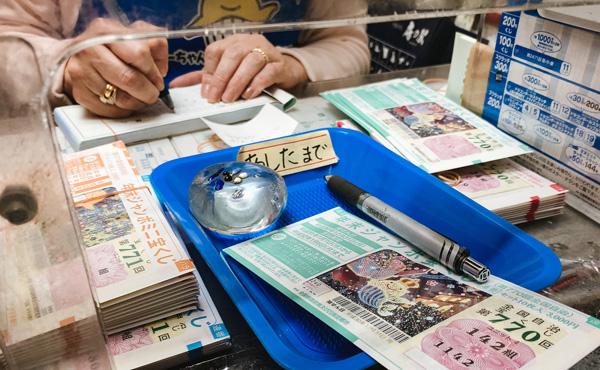 宝くじは若年層を中心に売上額が低迷し、高齢者も離れつつある