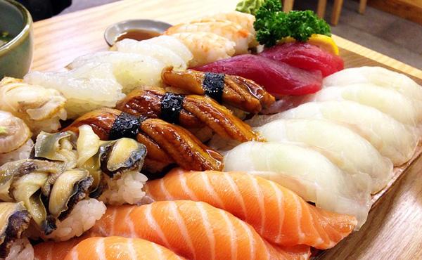 「5万円の高級寿司」と「500円のパック寿司」があるとすれば、どちらを食べたいと思う?