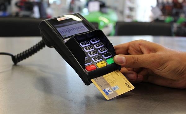 クレジットカード払いなら手数料がかかるっていうじゃん?