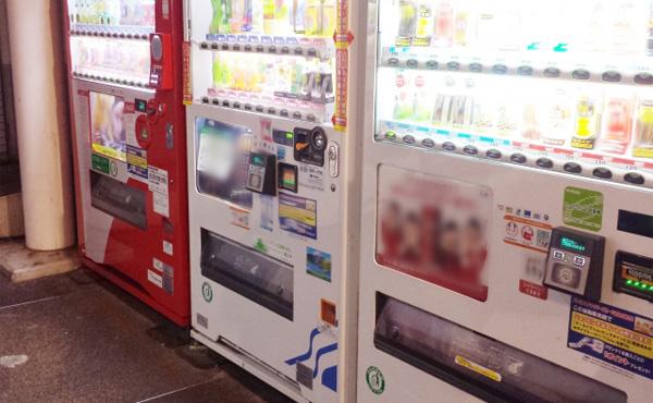 自販機の前で缶ジュースや缶コーヒー等を100円で売れば儲かるんじゃね?