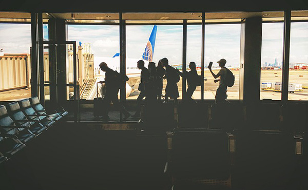 ワイ空港職員、クレカのゴールドカードでウッキウキで航空会社ラウンジ入ろうとする客を笑う