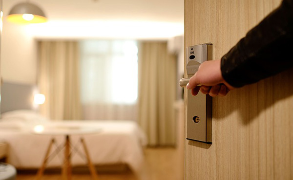 敵「一泊1万円のホテルは安い」