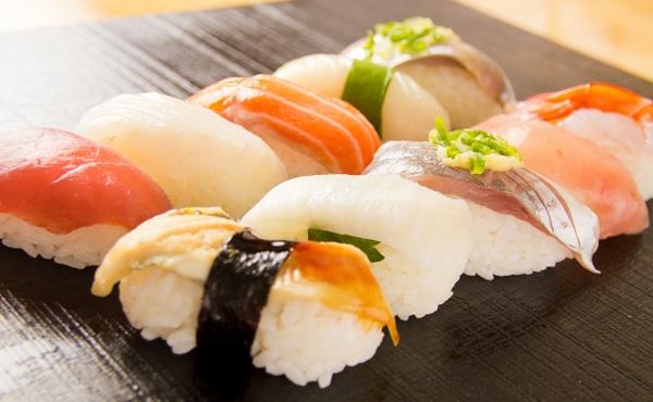 底辺「寿司は100円!」にわか「寿司は回らない奴!」寿司の森羅万象ワイ「ほーん」