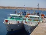 11左側の船に700人と一杯の荷物を詰め込む
