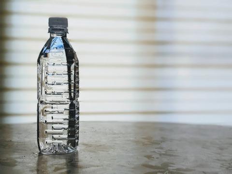 【水資源】ボトル入り飲料水を飲むと環境と健康に甚大な影響を及ぼします