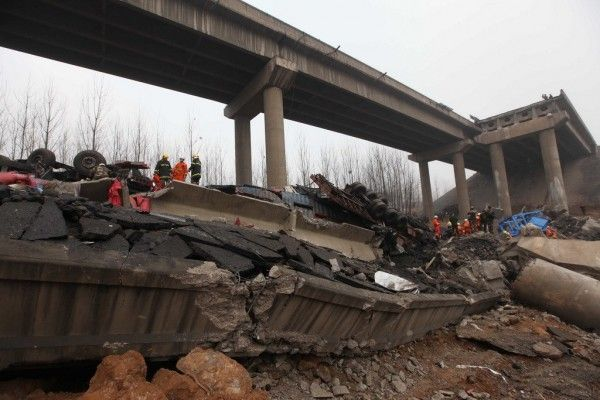 china-henan-bridge-collapse-truck-explosion-02-600x400