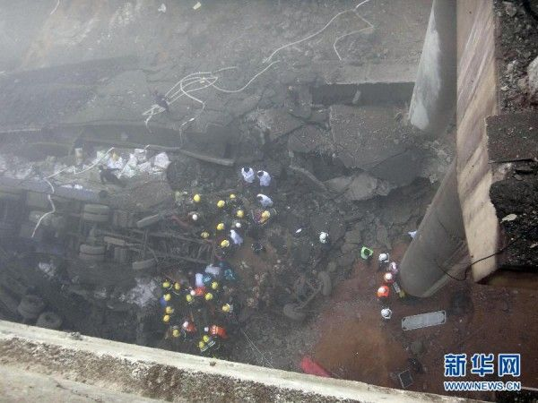 china-henan-bridge-collapse-truck-explosion-12-600x450
