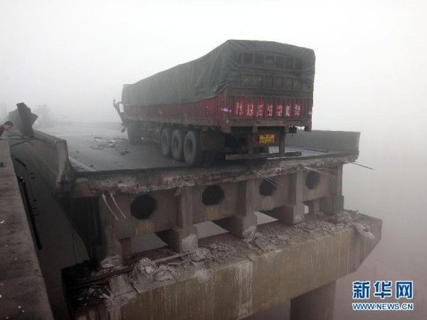 china-henan-bridge-collapse-truck-explosion-11-600x450