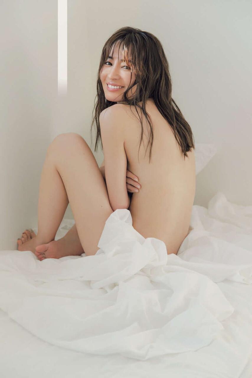 【画像】新山千春(40)20年ぶりグラビアでプリッけつを披露!