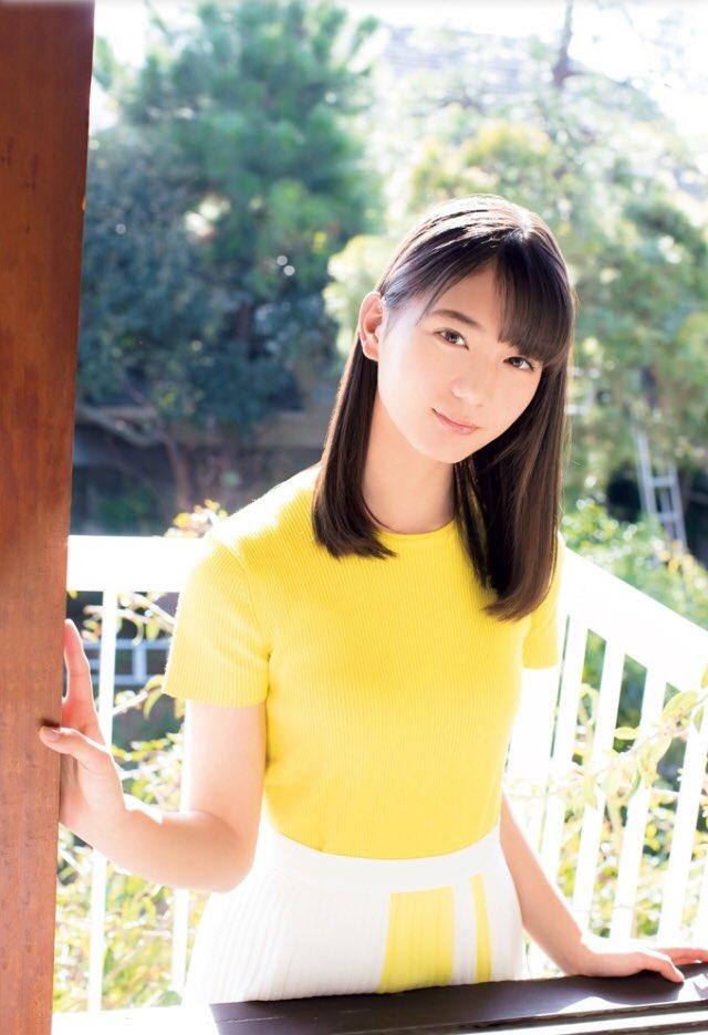 黄色の半袖ニットを着た小坂菜緒