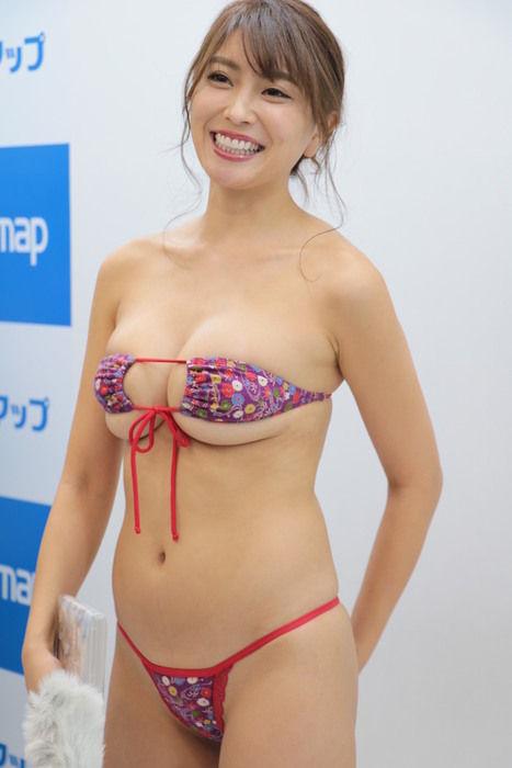 【画像】ソフマップに9割裸の森咲智美ことおっぱいちゃんが登場して大興奮ww
