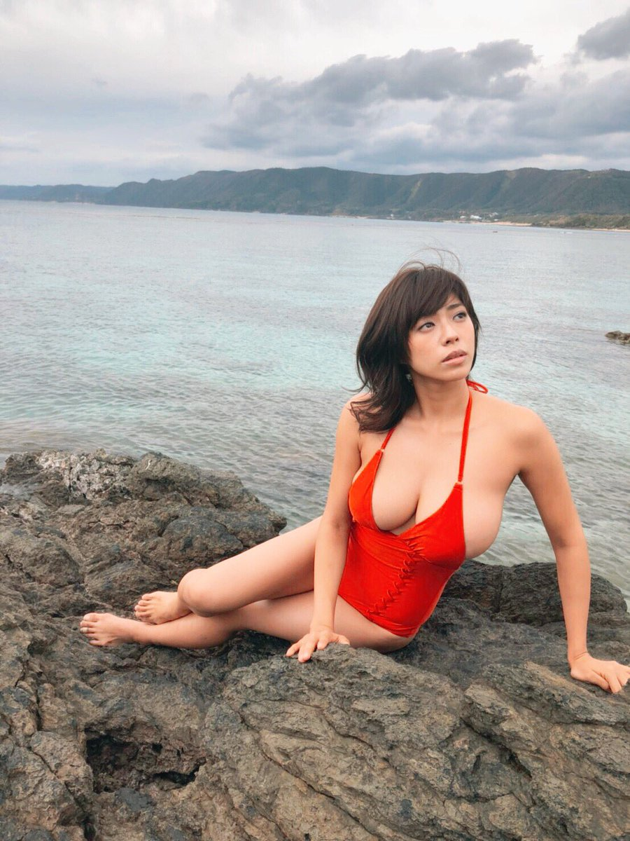【画像有り】巨乳グラビアアイドルさん、明らかにサイズの小さい水着を着させられてしまう