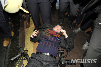 【画像】中国を訪問中のムン大統領 取材していた韓国記者が中国警備員に暴行を受け大騒動 倒れた後も殴る蹴る
