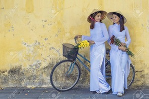 69432585-アオザイは、ベトナムの女性有名な伝統的な衣装です。