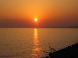 夕日の下を走る舟
