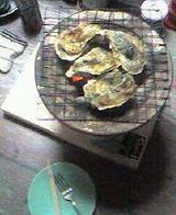 焼いている牡蠣の上から