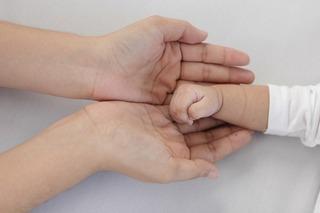 お母さんと赤ちゃんの手