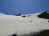 頂上付近雪渓下から