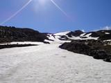 避難小屋から上の雪渓