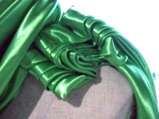 これらは、一枚の布を切ることなく、ピンだけでドレスを着ているように組み立てます。 ドレープやギャザーの作り方で、いろいろ出来るのです面白いですよネ