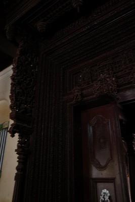 重い木彫りの扉