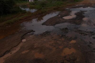 雨期の田舎道