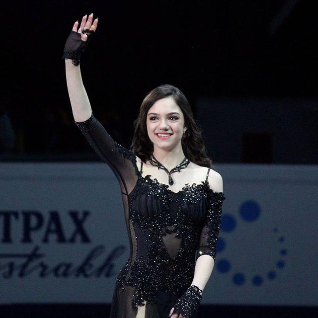 黒いセクシーな衣装のメドベージェワ