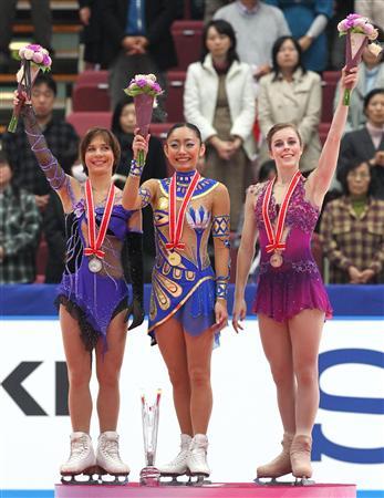 アリョーナ・レオノワ(ロシア)、安藤美姫、アシュリー・ワグナー(米) GPシリーズ NHK杯