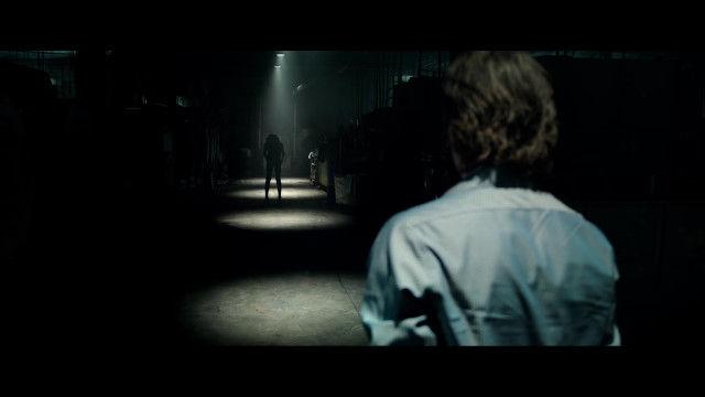 暗がりに潜む不気味な存在に脅かされるホラー映画「Lights Out」予告編映像