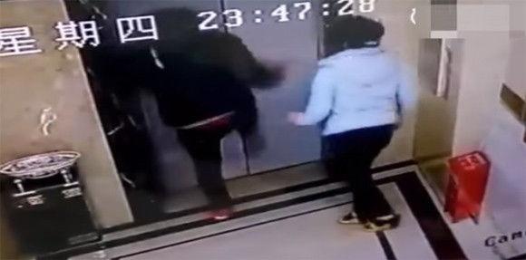 エレベーターが開かないことに腹を立てた男性が扉を蹴り破って転落