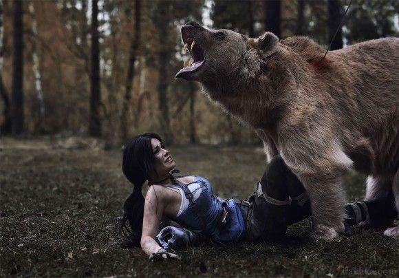 クマもがんばってくれとる。コスプレイヤーがトゥームレイダーのキャラに扮し、クマとの超絶からみシーンを撮影
