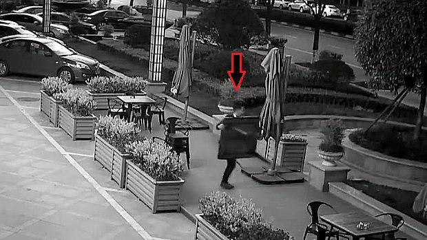 【動画】中国、イタダキー!図書館オープンスペースのテーブルと椅子を盗む男 [海外]