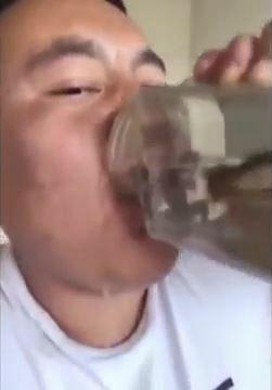 【閲覧注意】中国のユーチューバー、生きたカエルとオタマジャクシを丸呑みする(動画あり)