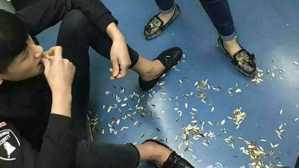 【中国】地下鉄で座り込んでヒマワリの種を食い散らかすカップルに非難殺到! [海外]
