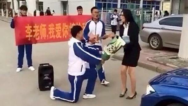 【中国】男子高校生が女教師に公開プロポーズ!見事に撃沈!しかも、叱られる! [海外]